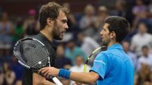 Il saluto tra Djokovic e Janowicz al termine della gara d'esordio degli US Open. AFP