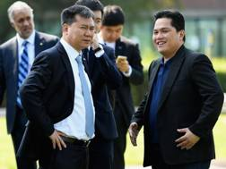 Il presidente dell'Inter Erick Thohir con Mr Zhang, il boss del gruppo Suning proprietario del club. Getty