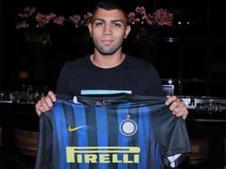 Gabigol mostra la maglia dell'Inter. Twitter