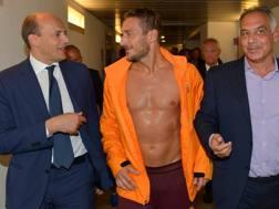 Mauro Baldissoni con Francesco Totti e il presidente James Pallotta. Getty