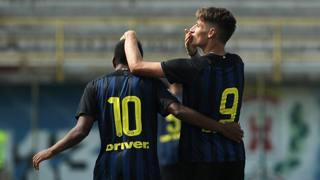 Pinamonti, 17, e Rivas, 18, esultano dopo un gol. Getty Images
