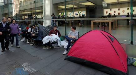 Accampati davanti allo store Apple di Sidney, in Australia, in attesa dell'uscita dell'iPhone 7 (Reuters)