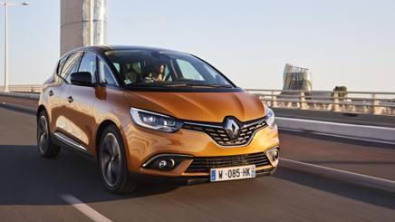 Al volante della nuova Renault Scenic, una 20enne tutta nuova