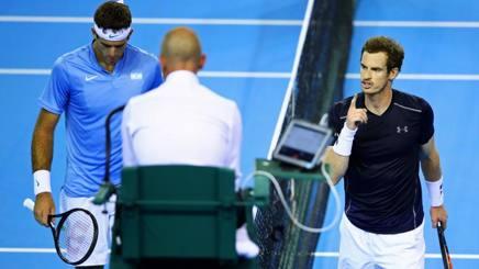 Andy Murray nervosissimo con gli arbitri durante il match. Getty