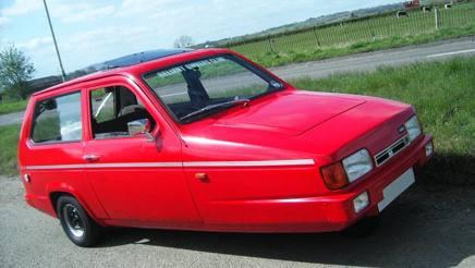 Una vettura su tre ruote, accostata alla Ferrari...