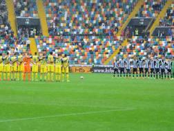 Udinese e Chievo durante il minuto di silenzio al Friuli. LaPresse