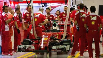 Le Ferrari di Vettel nei box di Singapore. Epa
