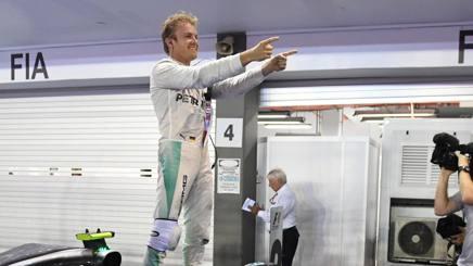 Nico Rosberg festeggia la vittoria a Singapore. Afp