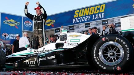 Il francese Simon Pagenaud festeggia il titolo IndyCar conquistato a Sonoma. Afp