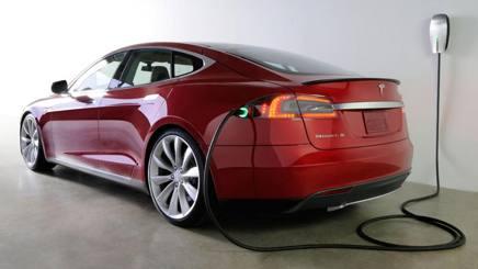 Una Tesla Model S in ricarica