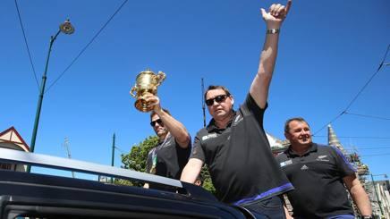 Il c.t. degli All Blacks, Steve Hansen, durante la parata con la coppa del mondo. Afp