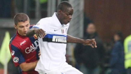 Salvatore Bocchetti contrasta Mario Balotelli in un Genoa-Inter del 2009. AP