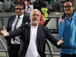 Aurelio De Laurentiis con maurizio Sarri e, a sinistra, il dirigente Cristiano Giuntoli. LaPresse