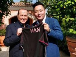 Silvio Berlusconi con Han Li, uno dei rappresentanti del consorzio cinese