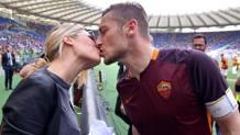 Bacio all'Olimpico tra Ilary e Francesco Totti. Ansa