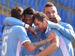 Keita festeggiato dai compagni dopo il gol che vale l'1-0. LaPresse