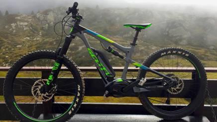 La mountain bike a pedalata assistita va veloce