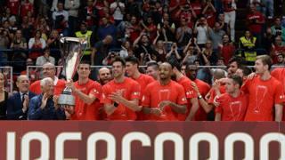Armani e la squadra con la Supercoppa. CiamCast