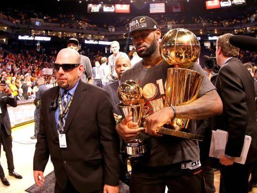 LeBron James, 31 anni, con il Larry O'Brien Trophy GETTY IMAGES