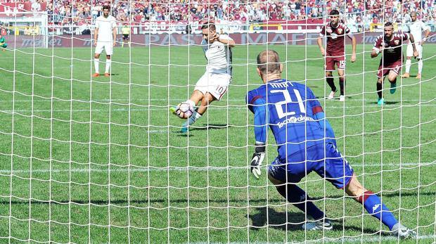 Totti batte Hart dal dischetto: è il gol numero 250 in Serie A. Ansa