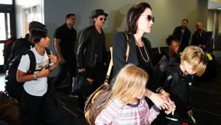 Angelia Jolie con Brad Pitt e i figli. LaPresse