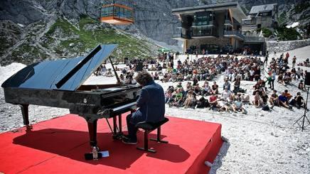 Remo Anzovino in un precedente concerto in quota