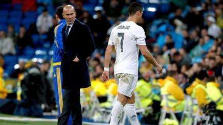 Il tecnico del Real Madrid Zidane con Cristiano Ronaldo. Epa