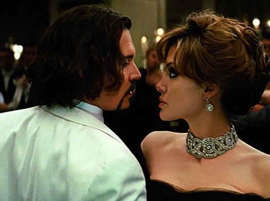 Johnny Depp e Angelina Jolie in una scena del film The tourist. Ap