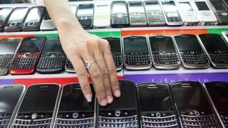 I più diffusi modelli di Blackberry in fila nelle vetrine di un negozio di cellulari: un'immagine comune fino a cinque, sei anni fa (Epa)