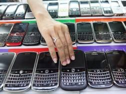 Blackberry in fila nelle vetrine di un negozio di cellulari: un'immagine comune fino a cinque, sei anni fa (Epa)