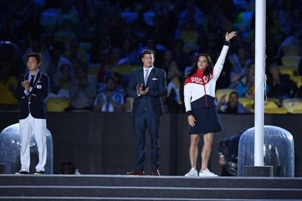 Yelena Isinbayeva saluta il pubblico, in quanto membro della commissione atleti del Cio, alla cerimonia di chiusura di Rio. Afp