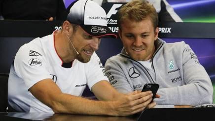 Jenson Button (a sin) fa 300 GP in Formula 1, al suo fianco il leader iridato Nico Rosberg