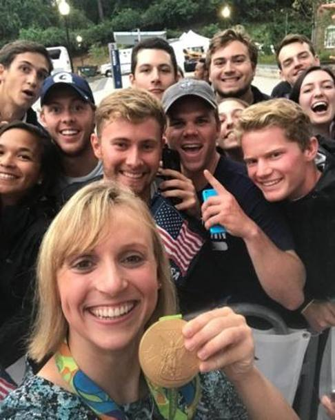 Il selfie di Katie Ledecky con i fan accorsi al red carpet