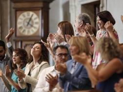 L'Aula Giulio Cesare applaude dopo il voto. Ansa