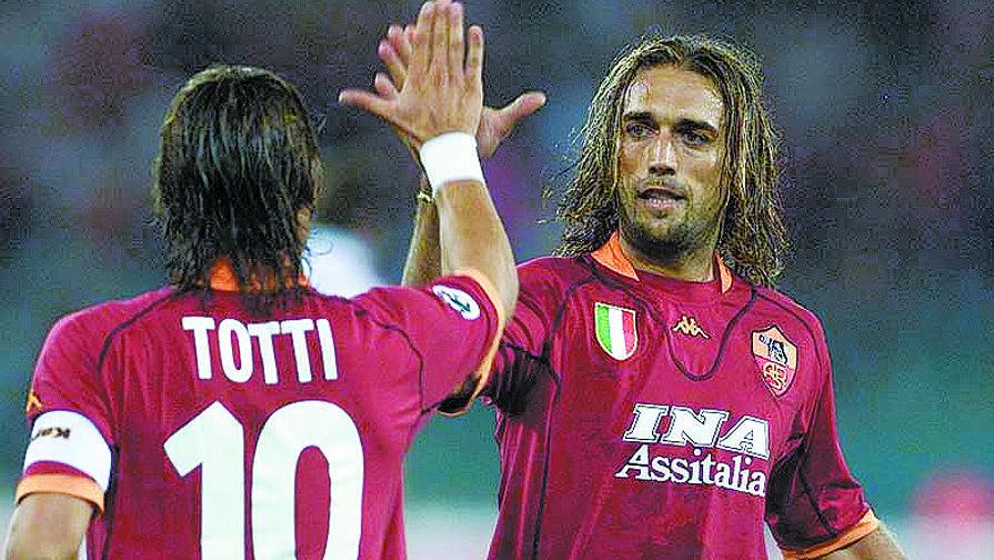Gabriel Batistuta e Francesco Totti ai tempi della Roma. LaPresse