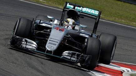Lewis Hamilton in azione a Sepang nelle libere. Colombo