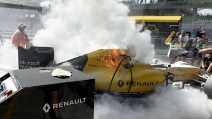 Le fiamme ai box sulla Renault di Magnussen. Colombo