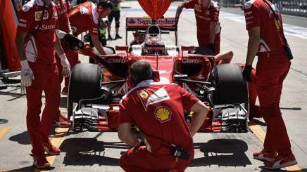 Meccanici al lavoro sulla Ferrari di Kimi Raikkonen. Afp