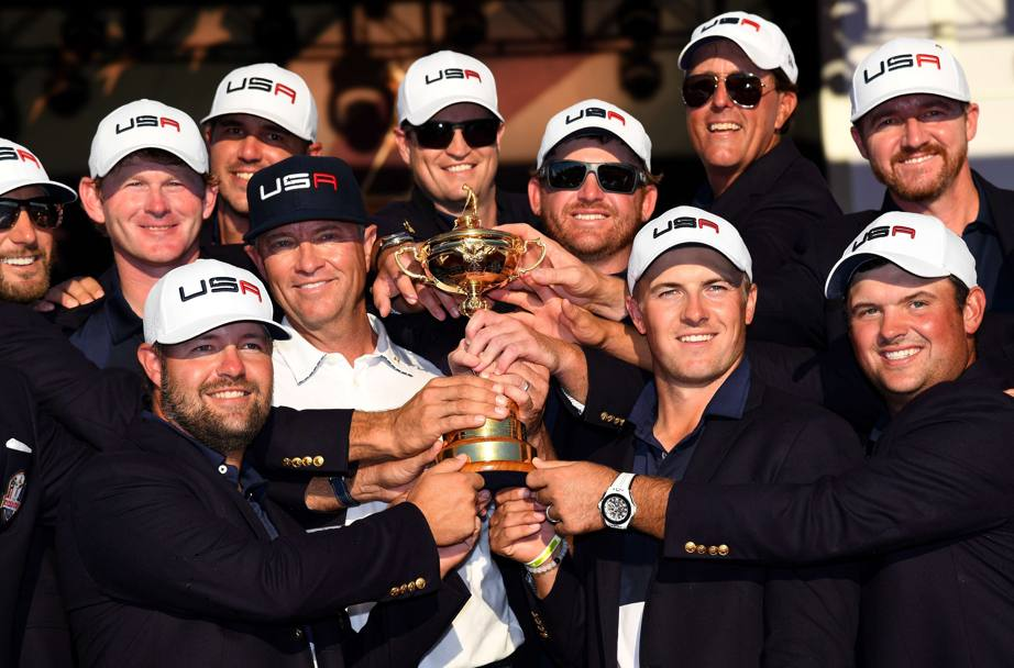 La squadra statunitense con la coppa che mancava loro da 8 anni. Matt Kuchar, Dustin Johnson, Brandt Snedeker, Ryan Moore, Davis Love III, Brooks Koepka, Zach Johnson, J.B. Holmes, Jordan Spieth, Phil Mickelson, Patrick Reed e Jimmy Walker (Afp)