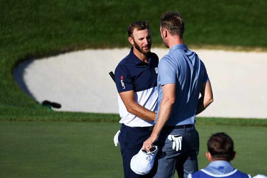 Lo statunitense Dustin Johnson con l'europeo Chris Wood durante la partita (Afp)