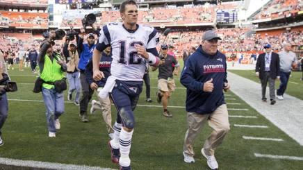 Tom Brady in campo, rincorso da un fiume d telecamere. Reuters