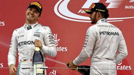 Le tute di Rosberg e Hamilton all'asta per i terremotati italiani. Colombo