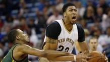 Davis contro Rodney Hood, guardia degli Utah Jazz Ap