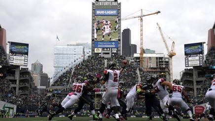 Un lancio di Matt Ryan, quarterback di Atlanta, nella sfida di domenica in casa di Seattle REUTERS