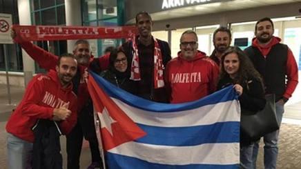 Jimenez all'aereoporto di Bari accolto dai tifosi dell'Exprivia Molfetta