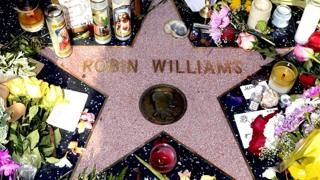 Fiori e candele sulla Hollywood Walk of Fame. Ansa