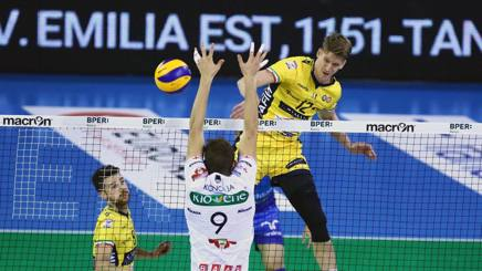 Max Holt in attacco. Modena Volley