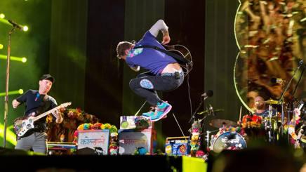 Chris Martin  sul palco  a Philadelphia. Ap