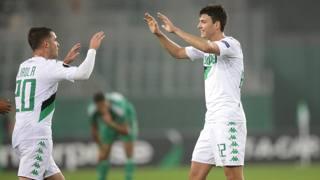 Lirola e Mazzitelli festeggiano l'1-1 in casa del Rapid. Ansa