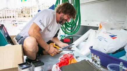 Giovanni Soldini all'opera nella riparazione